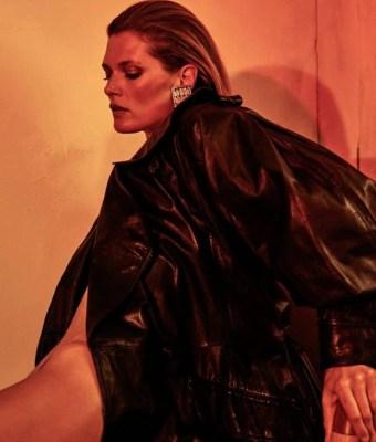 Malgosia-Bela-by-Chris-Colls-for-Vogue-Ukraine-October-2017 (4)