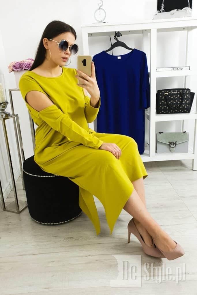 sukienka w kolorze oliwkowej żółci na modelce plus size