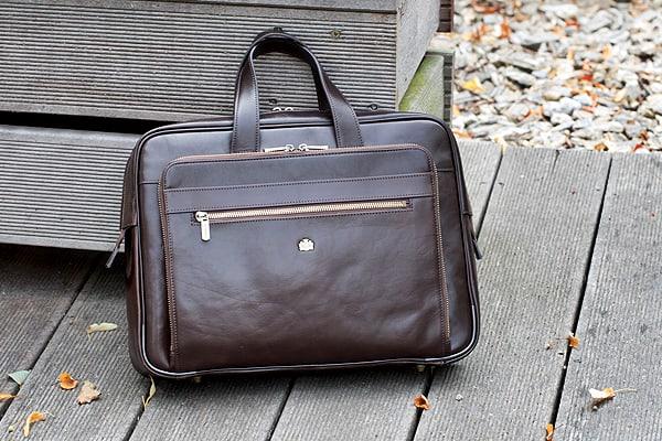 Męskie torby w odcieniach brązu i beżu, równie eleganckie i uniwersalne co czarne